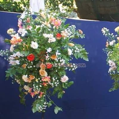 Desayunosperu.com - Arreglo Corporativo 03 - Codigo:AGP03 - Detalles: Composici�n floral compuesta por flores de estaci�n y rosas importadas. El arreglo tiene una altura de 1.7m Se debe solicitar con m�nimo 24 horas de anticipaci�n.  - - Para mayores informes llamenos al Telf: 225-5120 o 476-0753.