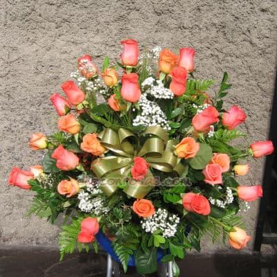 i-quiero.com - Arreglos para Aniversario con Rosas Melones - Codigo:AGP10 - Detalles: Imponente arreglo compuesto por Rosas Importadas, flores y follaje de estaci�n. Mide 0.9m de alto, el presente viene en un envase ceramico  - - Para mayores informes llamenos al Telf: 225-5120 o 476-0753.