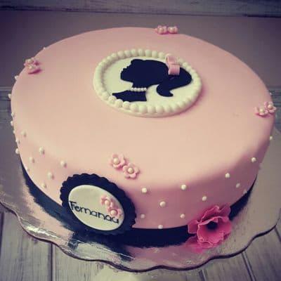 Desayunosperu.com - Torta Barbie 06 - Codigo:BRE06 - Detalles: Deliciosa torta de keke De Vainilla  , ba�ada con manjar blanco y forrada con masa elastica con medidas de 25 cm de diametro, con accesorios en masa elastica  - - Para mayores informes llamenos al Telf: 225-5120 o 476-0753.