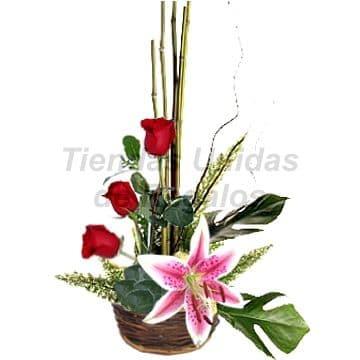 Tortas.com.pe - 3 Rosas con Lilium - Codigo:AGT11 - Detalles: Arreglo Floral compuesto por base de cer�mica., 3 rosas Rojas, follaje de estaci�n y Elegante Lilium Perfumado.  - - Para mayores informes llamenos al Telf: 225-5120 o 476-0753.