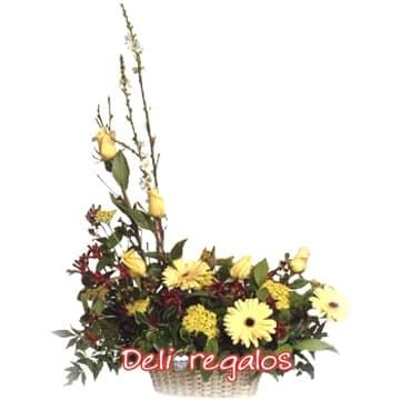 i-quiero.com - Arreglo con Flores Blancas - Codigo:AGF06 - Detalles: Arreglo Floral en tonos dorados, compuesto por 5 rosas amarillas, gerberas, iris, boton de oro y follaje de estacion, todo en una cesta de mimbre.  - - Para mayores informes llamenos al Telf: 225-5120 o 476-0753.