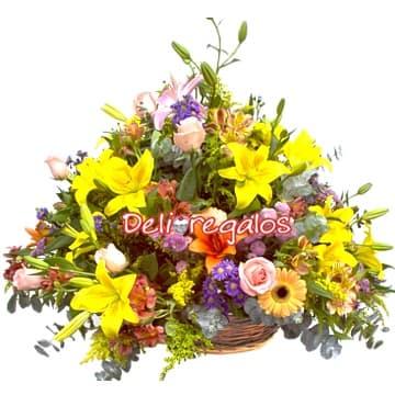 i-quiero.com - Arreglo de Flores Amarillas - Codigo:AGF18 - Detalles: Radiante composicion floral en base de mimbre compuesta por gerberas en tonos amarillos, iris, margaritas, boton de oso, azucenas  y 6 rosas importadas, flores y follaje de estacion.  - - Para mayores informes llamenos al Telf: 225-5120 o 476-0753.