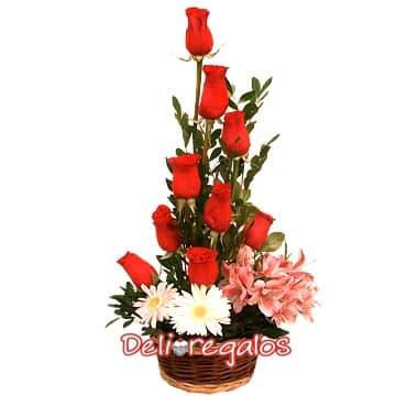 grameco.com - Cesta con Rosas Rojas - Codigo:ARL22 - Detalles: 9 rosas rojas, flores y follaje de estaci�n, todo en una elegante cesta de mimbre. - - Para mayores informes llamenos al Telf: 225-5120 o 476-0753.