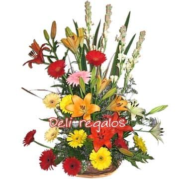 i-quiero.com - Arreglo con Flores para Aniversario - Codigo:AGF23 - Detalles: Especial arreglo compuesto por una canasta de mimbre conteniendo 12 gerberas multicolor, iris, azucenas, liliums, flores y follaje de estacion.  - - Para mayores informes llamenos al Telf: 225-5120 o 476-0753.