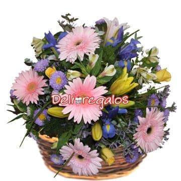 i-quiero.com - Arreglo Con flores Rosadas - Codigo:AGF26 - Detalles: Arreglo floral en base a 6 gerberas, iris, astromelitas, flores y follaje de estacion en base de mimbre.  - - Para mayores informes llamenos al Telf: 225-5120 o 476-0753.