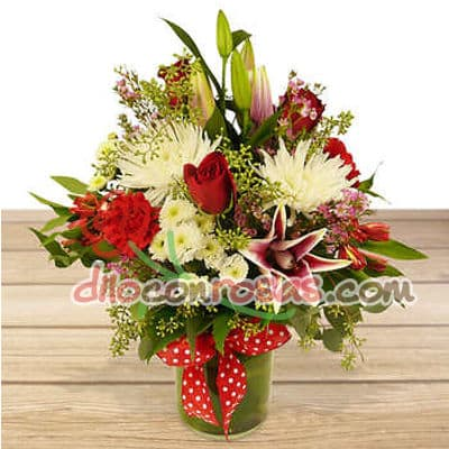 I-quiero.com - Arreglo Especial - Codigo:ENL13 - Detalles: Arreglo en base de ceramica a base de 5 rosas importadas, 4 liliums flores y follaje de estacion. El presente incluye una tarjeta de dedicatoria. - - Para mayores informes llamenos al Telf: 225-5120 o 476-0753.
