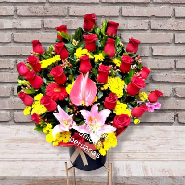 I-quiero.com - Florero Rosas 17 - Codigo:ENL17 - Detalles: Espectacular Florero de vidrio conteniendo 8 rosas importadas, lilims importados, flores y follaje de estacion. El presente incluye una tarjeta de dedicatoria. - - Para mayores informes llamenos al Telf: 225-5120 o 476-0753.