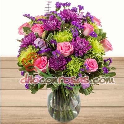 I-quiero.com - Florero Deluxe - Codigo:ENL22 - Detalles: Florero de vidrio conteniendo 15 rosas importadas, flores y follaje de estacion.  El presente incluye una tarjeta de dedicatoria. - - Para mayores informes llamenos al Telf: 225-5120 o 476-0753.
