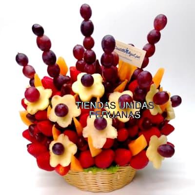 i-quiero.com - Frutero con Fruta y Chocolate en Cesta - Codigo:FCF05 - Detalles: Cesta de mimbre conteniendo arreglo de frutas frescas segun imagen. Incluye Fresas, Pi�a, Uva y Frutas de estacion. El presente viene forrado en elegante papel celofan.  - - Para mayores informes llamenos al Telf: 225-5120 o 476-0753.