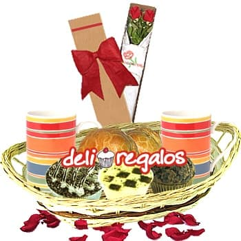 Dos compa�eros - Codigo:LOS04 - Detalles: Canasta de Mimbre, 2 Tazas de Ceramica, 2 Caf� Personales, 1 Empanada de Carne, 1 Empanada de Pollo,1 Copa de Suspiro, Postre tres Leches, 1 Muffin Chocolate, 4 sachets de azucar, Caja de 2 Rosas Importadas, 1 tarjeta de felicitaci�n, Juego Cubiertos - - Para mayores informes llamenos al Telf: 225-5120 o 980-660044.