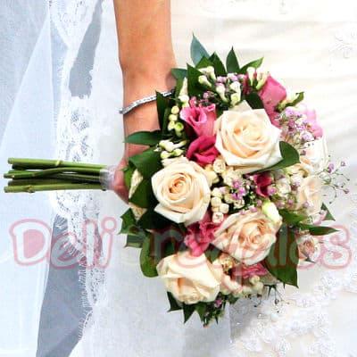 Grameco.com - Bouquet de Novia 02 - Codigo:MAM02 - Detalles: Bouquet de Novia a bse de 12 rosas, en dos colores o a un solo color segun sea coordinado.Incluye flores de estacion. Este producto se debe ordenar con 48 horas utiles de anticipacion. - - Para mayores informes llamenos al Telf: 225-5120 o 476-0753.