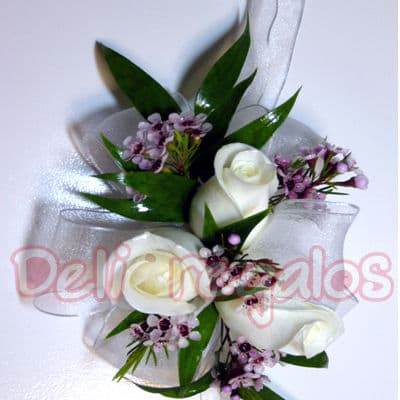 I-quiero.com - Botonier 03 - Codigo:MAM03 - Detalles: Elegante Botonier a base de 2 rsoas blancas y flores de estacion segun imagen. Este producto se debe ordenar con 48 horas utiles de anticipacion. - - Para mayores informes llamenos al Telf: 225-5120 o 476-0753.