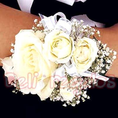 Grameco.com - Corsage de Rosas - Codigo:MAM04 - Detalles: Lindo Corsage a base de 4 rosas blancas y flores de estacion.Este producto se debe ordenar con 48 horas utiles de anticipacion. - - Para mayores informes llamenos al Telf: 225-5120 o 476-0753.