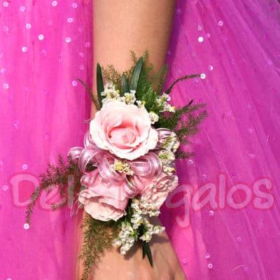 I-quiero.com - Corsage de 3 rosas - Codigo:MAM06 - Detalles: Lindo Corsage a base de 3 rosas blancas y flores de estacion.Este producto se debe ordenar con 48 horas utiles de anticipacion. - - Para mayores informes llamenos al Telf: 225-5120 o 476-0753.