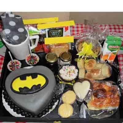 Desayunosperu.com - Desayuno ni�o07 - Codigo:NOS07 - Detalles: Desayuno Batman, conteniendo 1 taza personalizada, infusiones, caf�, 2 sachet de azucar, caja de frugos, 2 tostadas, porcion de mantequilla, porcion de mermelada, 1 tartaleta, 3 panecillos, 1 sandwich de lomito ahumado, 1 muffin ba�ado en chocolate, 4 alfajores, 1 torta modelada de 15 cm , todo en una bandeja - - Para mayores informes llamenos al Telf: 225-5120 o 476-0753.