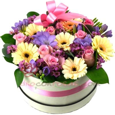 Diloconrosas.com - Sombrerera primaveral - Codigo:SBA04 - Detalles: Arreglo especial con rosas y liliums segun imagen. incluye 6 rosas y flores multicolores - - Para mayores informes llamenos al Telf: 225-5120 o 476-0753.