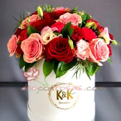 Diloconrosas.com - Sombrerera Rosas - Codigo:SBA07 - Detalles: Arreglo especial con rosas y liliums segun imagen. incluye 15 rosas multicolores - - Para mayores informes llamenos al Telf: 225-5120 o 476-0753.
