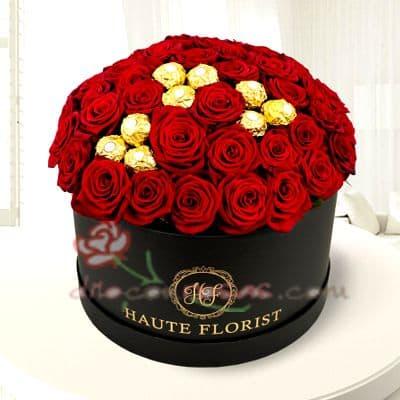 Diloconrosas.com - Sombrerera Premium - Codigo:SBA08 - Detalles: Arreglo especial con rosas y liliums segun imagen. Incluye 36 rosas y 9 bombones de chocolate. - - Para mayores informes llamenos al Telf: 225-5120 o 476-0753.
