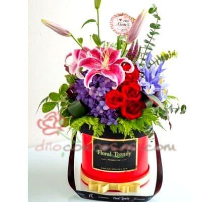 Diloconrosas.com - Sombrerera Tropical - Codigo:SBA09 - Detalles: Arreglo especial con rosas y liliums segun imagen. Incluye 2 liliums, iris, 4 rosas y flores multicolores segun imagen - - Para mayores informes llamenos al Telf: 225-5120 o 476-0753.