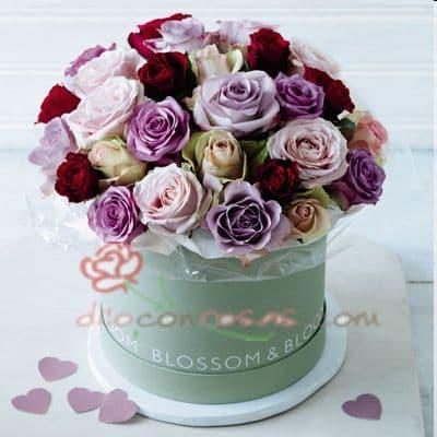 Diloconrosas.com - Sombrerera Excel - Codigo:SBA11 - Detalles: Arreglo especial con rosas y liliums segun imagen. incluyye 24 rosas multicolores - - Para mayores informes llamenos al Telf: 225-5120 o 476-0753.