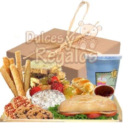 I-quiero.com - Desayuno Valentin 08 - Codigo:SDV08 - Detalles: Elegante caja de regalo en acabado color madera, material 100% ecologico y biodegradable. 1 s�ndwich de lomito ahumado especial en pan croissant, lechuga hidroponica tomate.  3 Deliciosos alfajores gourmet 3 Palitos de ajonjoli 2 Tostadas especiales 1 Mermelada de fresa 1 Ensalada de Fruta 1 Frugos de 235ml, totalmente libre de preservantes. 1 Postre Tres leches 4 Galletas con chispas de chocolate Juego  de Cubiertos acr�licos Individual decorativo Tarjeta de dedicatoria  - - Para mayores informes llamenos al Telf: 225-5120 o 476-0753.