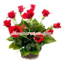 i-quiero.com - Arreglo en Base a 10 Rosas Importadas - Codigo:VAT04 - Detalles: Arreglo Floral en base a 10 Rosas importadas, follaje y flores de estacion. El arreglo viene en una fina base de mimbre, viene con una elegante tarjeta de dedicatoria. - - Para mayores informes llamenos al Telf: 225-5120 o 476-0753.