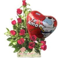 i-quiero.com - Arreglo con Rosas y Globo - Codigo:VAT17 - Detalles: Lindo arreglo floral compuesto por 11 Rosas importadas de tallo largo en elegante diposicion de media luna, incluye globo metalico de 20cm de alto con mensaje