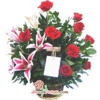 i-quiero.com - Arreglo con Rosas Importadas - Codigo:VAT18 - Detalles: Espectacular arreglo floral compuesto por 9 rosas importadas, 4 liliums jaspeados con fragancia natural, flores y follaje de estacion.  El arreglo viene en una fina base de ceramica cubierta con un delicado papel de ceda y adornada por una soguilla rustica. El arreglo tiene una altura de 40cm. y viene con una elegante tarjeta de dedicatoria. - - Para mayores informes llamenos al Telf: 225-5120 o 476-0753.