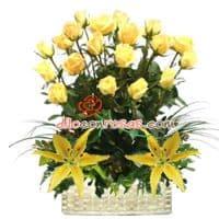 i-quiero.com - Arreglo de Rosas Radiantes - Codigo:VAT19 - Detalles: Elegante composicion floral a base de: 18 Rosas finas rosas importadas de tallo largo, liliums amarillos en la base, flores y follaje de estacion.   El arreglo viene en una fina base de ceramica cubierta con un delicado papel de ceda y adornada por una soguilla rustica. El arreglo tiene una altura de 60cm. y viene con una elegante tarjeta de dedicatoria. - - Para mayores informes llamenos al Telf: 225-5120 o 476-0753.