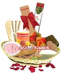 i-quiero.com - Desauyuno con Rosas para San Valentin - Codigo:VLN07 - Detalles: Caja ecologica con 2 rosas importadas de tallo largo, Cesta conteniendo: , Ensalada de Frutas, 4 galletas glaseadas de fresa, triple de huevo, pollo y jamon, sandwich 3 jamones en Pan Bimbo especial, taza ceramica con cafe personal, infusiones de te,manzanilla, y anis, 2 sachets de azucar, yogurt de fresa, 3 palitos de ajonjoli, 3 palitos de queso, brownie, mermelada de fresa, mermelada de pi�a, juego de cubiertos, tarjeta de dedicatoria y bombon de chocolate - - Para mayores informes llamenos al Telf: 225-5120 o 476-0753.