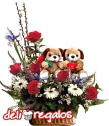 i-quiero.com - Arreglo de Rosas y 2 Peluches por San Valentin - Codigo:VLN22 - Detalles: Impresionante composici�n floral en base de ceramica a base de 6 rosas rojas importadas, gerberas, e iris de estaci�n sobre la cual pasean una tierna parejita ositos enamorados. AGOTADO - - Para mayores informes llamenos al Telf: 225-5120 o 476-0753.