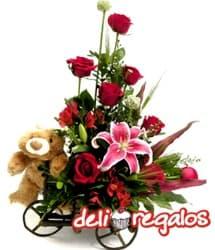 i-quiero.com - Arreglo de Rosas en Carreta por 14 de Febrero - Codigo:VLN23 - Detalles: Impresionante composici�n floral sobre una carreta de madera rustica a base de 10 rosas rojas importadas, lilium perfumado, y astroemelias de estaci�n conducida por el tierno osito So�ador de 40 cm. - - Para mayores informes llamenos al Telf: 225-5120 o 476-0753.
