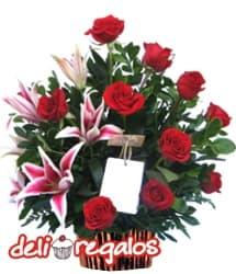i-quiero.com - Liliums y Rosas por San valentin - Codigo:VLN24 - Detalles: Elegante composici�n floral en base de cer�mica a base de 12 rosas importadas, 4 lilium perfumados y fino follaje de estaci�n. - - Para mayores informes llamenos al Telf: 225-5120 o 476-0753.
