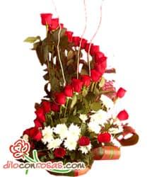 i-quiero.com - Arreglo de Rosas Importdas por 14 de Febrero - Codigo:VLN25 - Detalles: Elegante composici�n floral en base de cer�mica a base de 24 rosas importadas, margaritas blancas y fino follaje de estaci�n. - - Para mayores informes llamenos al Telf: 225-5120 o 476-0753.