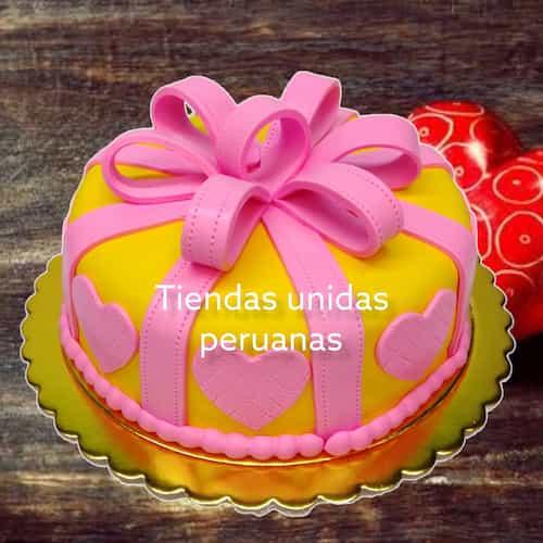 Torta Regalo corazon - Codigo:WDA06 - Detalles: Delicioso queque De Vainilla   y  decorado finamente con masa el�stica, en forma de una cajita redonda de regalo decorado con corazones.Mide 20cm de diametro  - - Para mayores informes llamenos al Telf: 225-5120 o 4760-753.