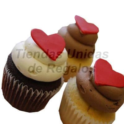 I-quiero.com - Muffin Art�stico 12 - Codigo:WMF12 - Detalles: 3 muffins, dos de vainilla y uno de chocolte decorados con crema chantilli y coraz�n de masa elastica. - - Para mayores informes llamenos al Telf: 225-5120 o 476-0753.