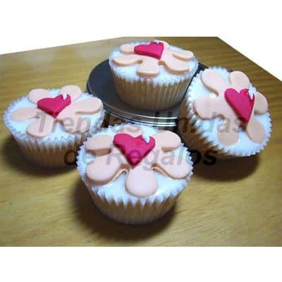 Desayunosperu.com - Muffin Art�stico 20 - Codigo:WMF20 - Detalles: 4 muffins finamente decorados con masa el�stica y figuras representativas de flores y corazones. - - Para mayores informes llamenos al Telf: 225-5120 o 476-0753.