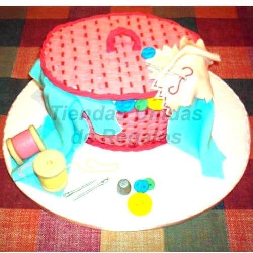 Diloconrosas.com - Torta  Cesta  de costura19 - Codigo:WNA19 - Detalles: Torta a base de keke De Vainilla con medida de 25 cm de diametro. Incluye decoracion en forma de cesta. Almoadita para colocar alfileres, tambien carretes de hilo de azucar. Todo en una base de masa elastica - - Para mayores informes llamenos al Telf: 225-5120 o 476-0753.