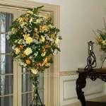 Arreglos Florales | Arreglo para Inaguraciones con Flores Blancas y Amarillas - Cod:AGP04